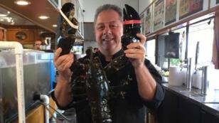Butch Yamali, le patron du restaurant, prêt à relâcher Louie, le homard qu'il avait presque considéré comme un animal de compagnie.