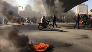 متظاهرون إيرانيون يشعلون إطارات احتجاجا على ارتفاع أسعار الوقود في اصفهان، 16 تشرين الثاني/نوفمبر 2019