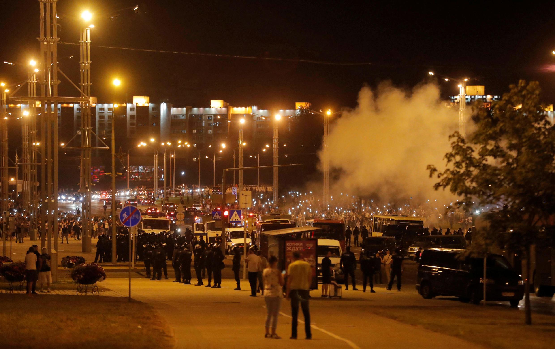 Un affrontement entre manifestants et forces de l'ordre, à Minsk, en Biélorussie, le 9 août 2020.