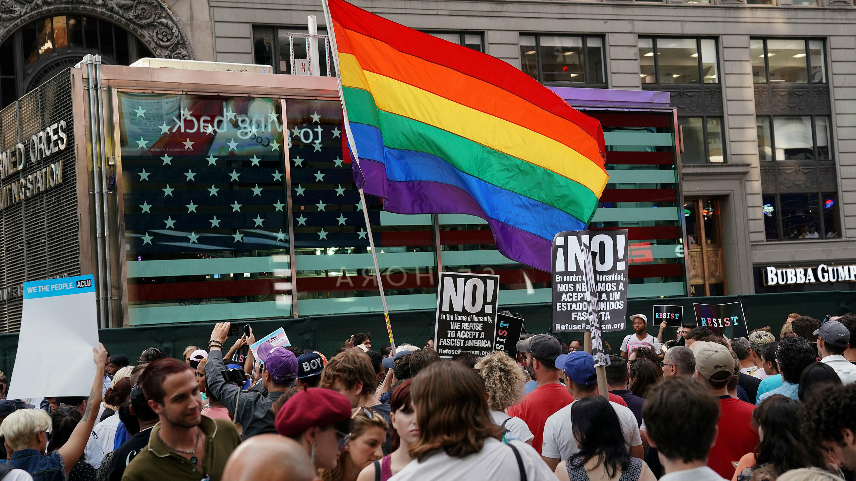 Una bandera arco iris ondea en una protesta contra la prohibición del presidente de EE. UU., Donald Trump, de que las personas transgénero pertenezcan al ejército de los EE. UU. en la ciudad de Nueva York. Archivo