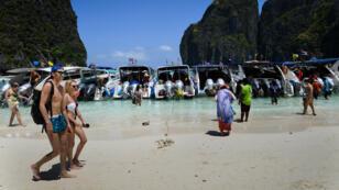 La plage de Maya Bay en Thaïlande.