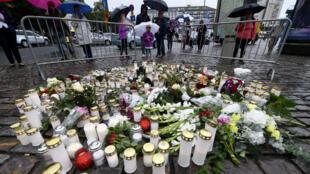 Des bougies ont spontanément été allumées sur la place du marché de Turku où deux personnes ont perdu la vie après une attaque au couteau le 18 août 2017.