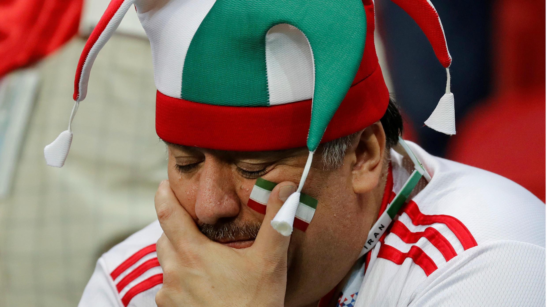 Un seguidor del equipo nacional de Irán parece abatido durante el partido contra España, que resultó con la derrota 1 a 0 de su equipo en el Kazan Arena, en la ciudad de Kazán, Rusia.