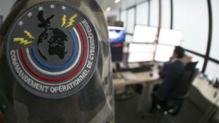 Des militaires au Centre d'analyse de lutte informatique défensive, à Paris, le 16 janvier 2015.