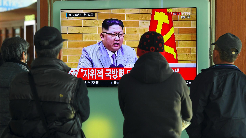 """Personas ven una transmisión televisiva de noticias DEl discurso de Año Nuevo de Kim Jong-Un, en una estación de tren en Seúl el 1 de enero de 2018. El líder norcoreano amenazó en esta ocasión a EE. UU. afirmando que """"siempre hay un 'botón nuclear'"""" a su alcance."""