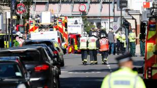 Miembros de los servicios de emergencias prestan ayuda y seguridad cerca de Parsons Green en Londres el 15 de septiembre.