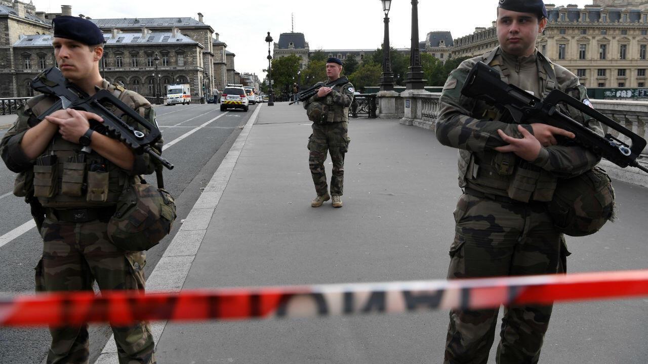 Des militaires français protègent les abords de la préfecture de police de Paris, le 3 octobre 2019.