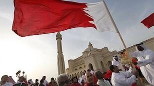 رجل يلوح بعلم البحرين