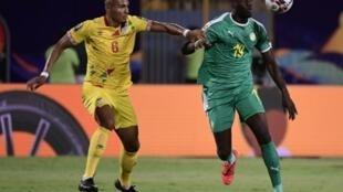 L'attaquant sénégalais Mbaye Diagne (d) à la lutte avec le défenseur Béninois Olivier Verdon en quart de finale de la Coupe d'Afrique des nations, le 10 juillet 2019 au Caire