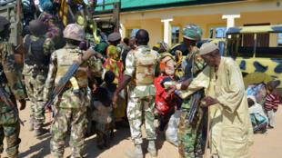 Des soldats portent assistance à des rescapés de Boko Haram, dans le nord-est du Nigeria, en juillet 2015.