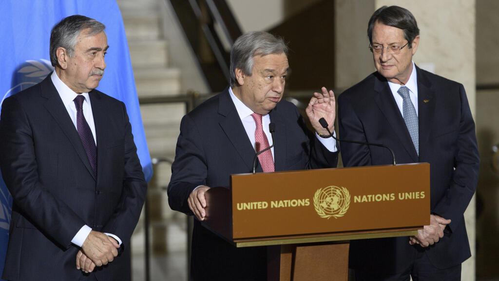 الرئيسان القبرصيان يتوسطهما الأمين العام للأمم المتحدة أنطونيو غوتيريس