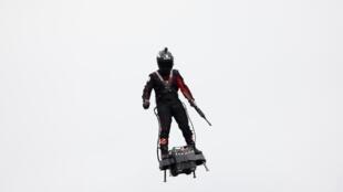 بطل العالم الفرنسي للدراجات المائية فرانكي زاباتا في العرض العسكري احتفالا بالعيد الوطني 14 تموز/يوليو 2019