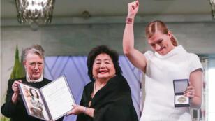 La presidenta del Comité Nobel, Reiss-Andersen, la sobreviviente de Hiroshima, Setsuko Thurlow y la directora de la ICAN, Beatrice Fihn en la ceremonia del Premio Nobel de Paz, Oslo, 10 de diciembre de 2017.