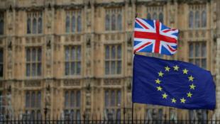 Les drapeaux britannique et européen devant le Parlement britannique le 23 janvier 2019.