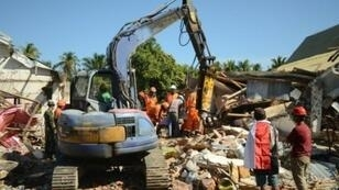 فرق إنقاذ إندونيسية تبحث عن ضحايا في قرية سيغار بنجالين بشمال جزيرة لومبوك في 8 آب/أغسطس