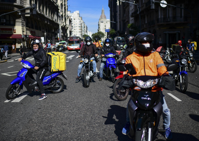 Trabajadores de entrega a domicilio protestan por mejores condiciones de trabajo y equipos de seguridad en medio de la pandemia en Buenos Aires, Argentina, el 8 de mayo de 2020.