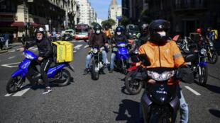 Trabajadores de entrega a domicilio protestan por mejores condiciones de trabajo y equipos de seguridad para trabajar durante la nueva pandemia de coronavirus, en Buenos Aires, el 8 de mayo de 2020.