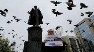 Un hombre participa en una protesta el 17 de agosto de 2019 para exigir transparencia en las próximas elecciones legislativas locales en Moscú, Rusia.