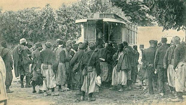 جنود جزائريون جرحى يتلقون العلاج داخل حافلات إسعاف خلال الحرب العالمية الأولى