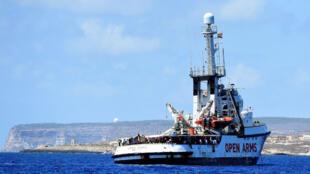 Le navire de sauvetage de l'ONG espagnole Proactiva Open Arms, près du port de Lampedusa, le 16août2019.