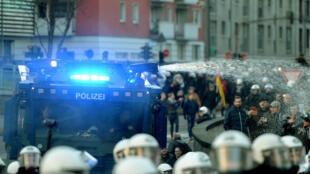 La police a déployé des canons à eau pour disperser les manifestants dans la cité rhénane, le 9 janvier.