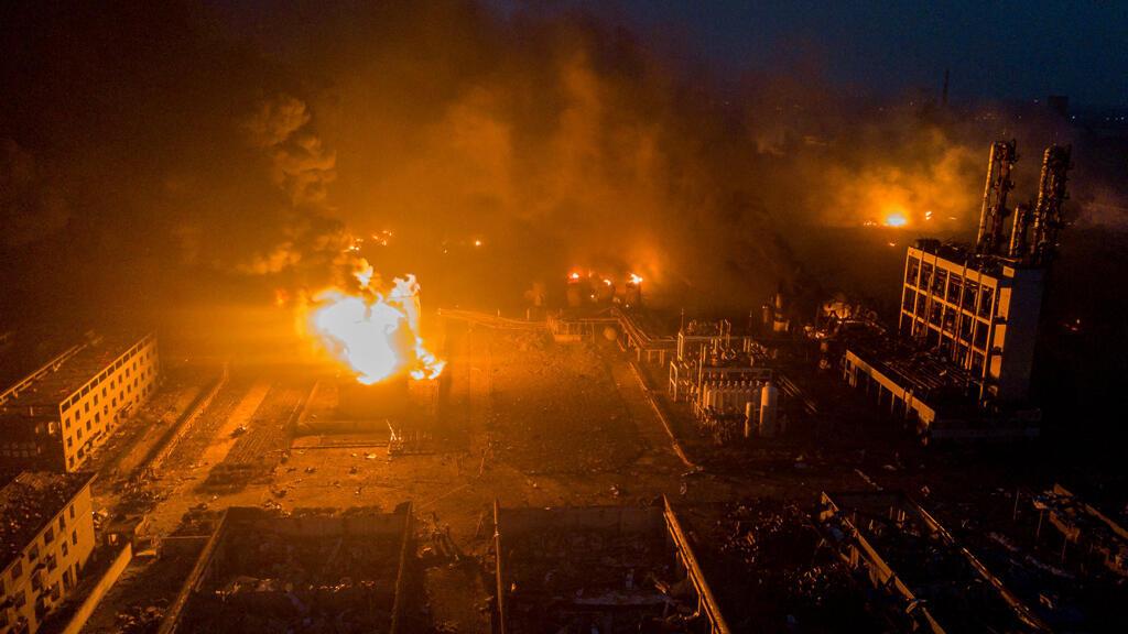 El humo emana luego de la explosión en la planta de pesticidas propiedad de Tianjiayi Chemical, en el condado de Xiangshui, Yancheng, provincia de Jiangsu, China.