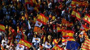 Miles de personas se concentran en el Paseo de Gracia de Barcelona, en la manifestación convocada por la entidad Societat Civil Catalana.