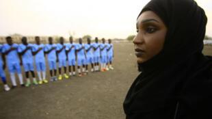 Salma al-Majidi, première femme soudanaise à entraîner une équipe masculine de football.