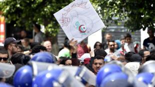 Des étudiants algériens manifestent pour le 63e anniversaire de la Journée nationale des étudiants à Alger, le 19 mai 2019.