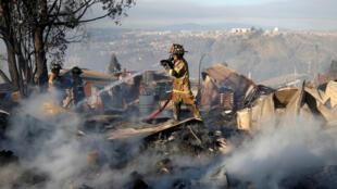 Un bombero trabaja para apagar el fuego durante el incendio forestal en Valparaíso, Chile, el 24 de diciembre de 2019.