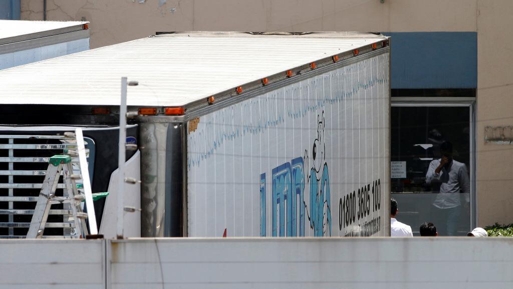 Camiones frigoríficos estacionados en la morgue de Guadalajara.
