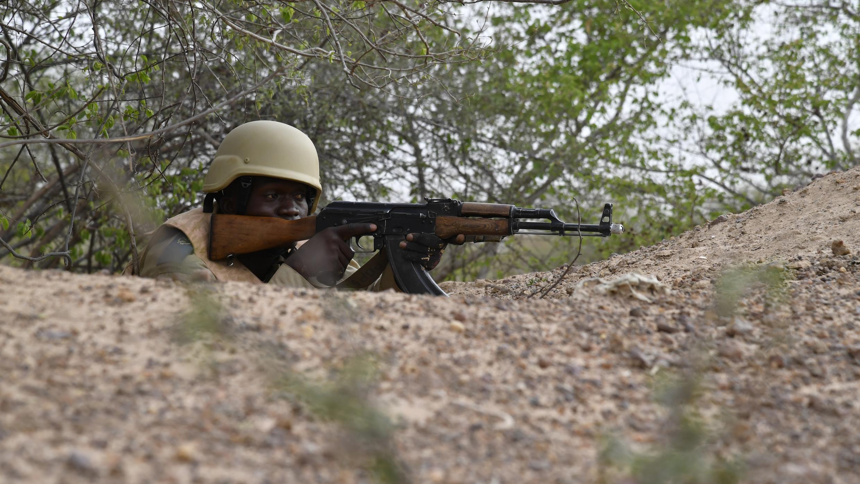 Un soldat burkinabè participe à une session d'entraînement près de Ouagadougou, le 13 avril 2018.