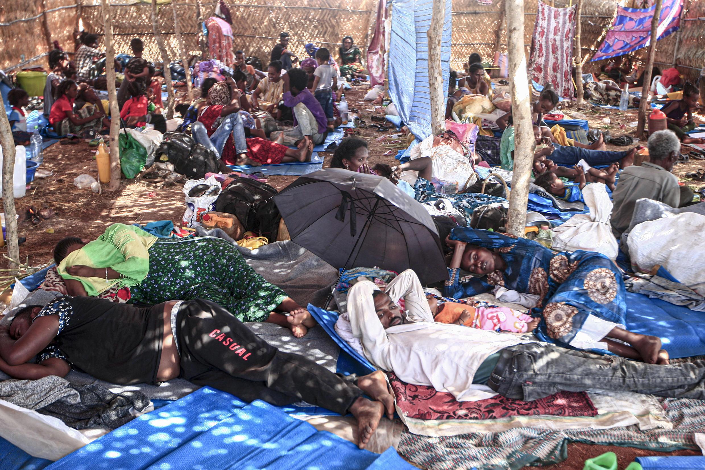 Archivo-Refugiados etíopes que huyeron de los combates en la provincia de Tigray en una cabaña, en el campamento de Um Raquba, en la provincia oriental de Gedaref, en Sudán, el 16 de noviembre de 2020.