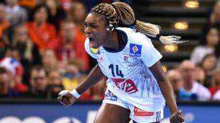 كاليدياتو نياكاتي تحتفل بانتصار منتخب فرنسا لكرة اليد سيدات ببطولة العالم في 17 كانون الأول/ديسمبر 2017
