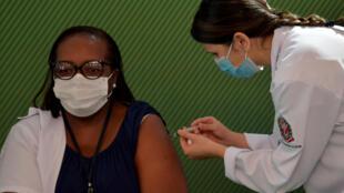 L'infirmière Monica Calazans se fait administrer le vaccins chinois CoronaVac contre le Covid-19 dans un hôpital de Sao Paulo, Brésil, le 17 janvier 2021