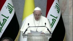 """Arrivé en Irak vendredi 5 mars, le pape François a prononcé quelques heures plus tard un discours de paix devant les autorités irakiennes, appelant à ce """"que se taisent les armes !"""" et """"que la diffusion en soit limitée, ici et partout !"""""""