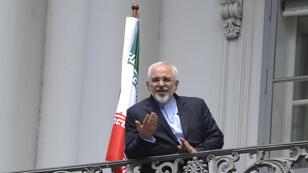 Le ministre iranien des Affaires étrangères, Javad Zarif, photographié le 2 juillet depuis le balcon de l'hôtel Cobourg, à Vienne, où se tiennent les négociations.