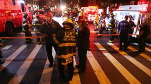 Des policiers et des pompiers, samedi 17 septembre 2016 à New York, où une explosion a fait 29 blessés dans la soirée.