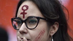 """(Imagen de archivo) El 24 de noviembre de 2018 en Roma, Italia, una mujer joven con la inscripción """"Indomable"""" en la mejilla participó en una marcha como parte del Día Internacional de la Eliminación de la Violencia contra la Mujer."""