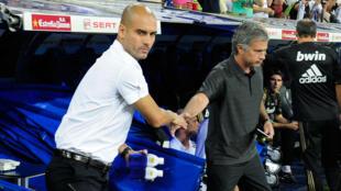 Guardiola et Mourinho se serrent la main avant un match entre le Real Madrid et le FC Barcelone, en 2011.