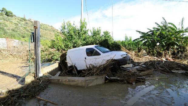 Se ve un automóvil dañado después de la inundación del río Milicia en Casteldaccia, cerca de Palermo, Italia, el 4 de noviembre de 2018.