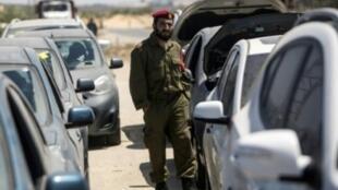 معبر إيريز هو بوابة الدخول والخروج الوحيدة بين القطاع وإسرائيل. وهناك معبر آخر، كرم أبو سالم، مخصص لمرور البضائع