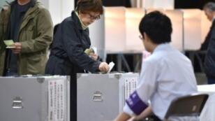 ناخبة تدلي بصوتها في أحد مراكز الاقتراع في طوكيو في الانتخابات التشريعية في اليابان في 22 تشرين الأول/أكتوبر 2017