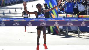 El etíope Lelisa Desisa cruza la meta para llevarse la victoria en la rama masculina de la Maratón de Nueva York, el 4 de noviembre de 2018.