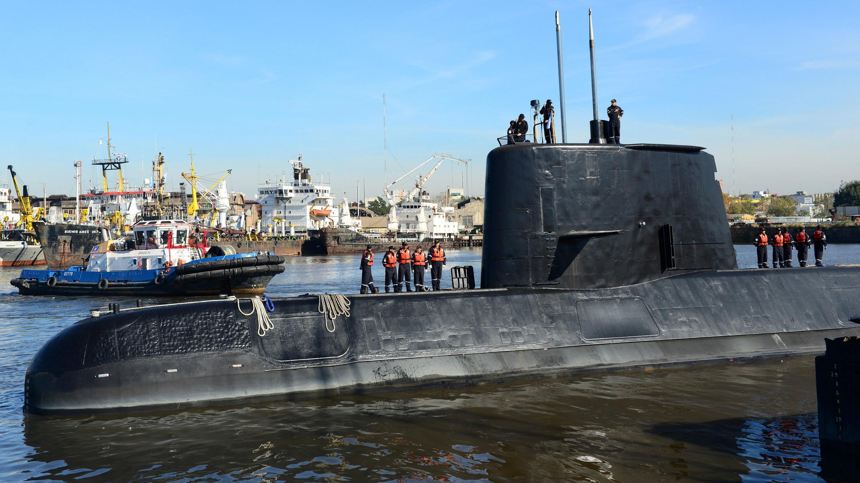 El submarino militar argentino ARA San Juan y la tripulación son vistos saliendo del puerto de Buenos Aires, Argentina, el 2 de junio de 2014.