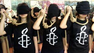 Des militantes d'Amnesty international réalisent une performance contre la peine de mort en Corée du Sud, en octobre 2007.