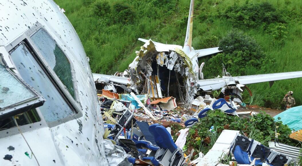 Un oficial de seguridad inspecciona el sitio donde se estrelló un avión de pasajeros cuando sobrepasó la pista del Aeropuerto Internacional de Kozhikode, en Karipur, Kerala, India, el 8 de agosto de 2020.