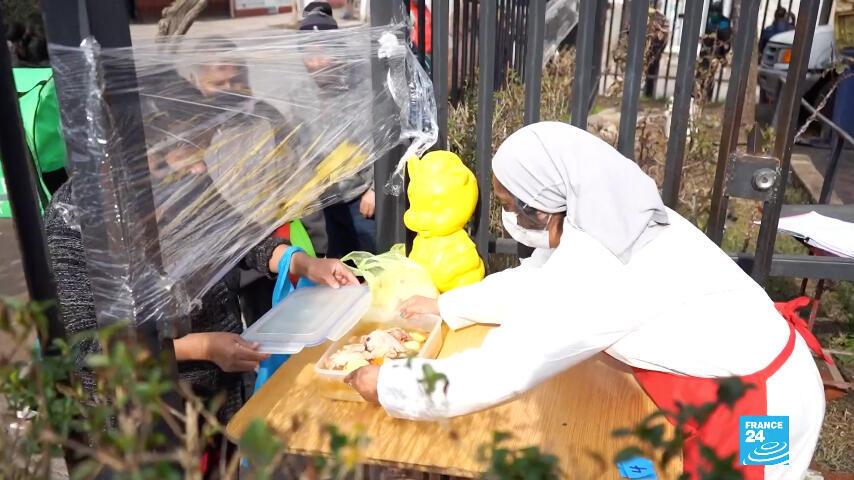 Ante la ausencia de ayudas del Gobierno o la tardanza para adquirirlas, las ollas comunales se han multiplicado en los barrios de Chile.