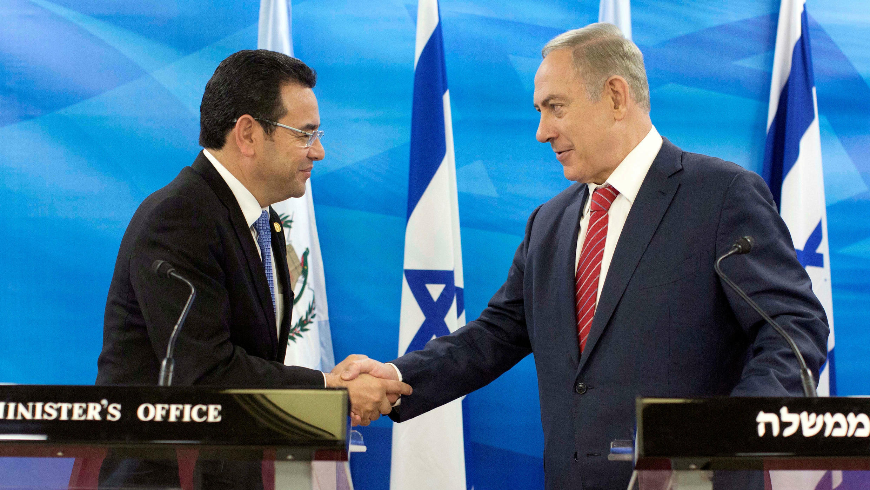 El presidente de Guatemala, Jimmy Morales, y el primer ministro de Israel, Benjamin Netanyahu, se dan la mano durante una reunión en Jerusalén. Archivo.