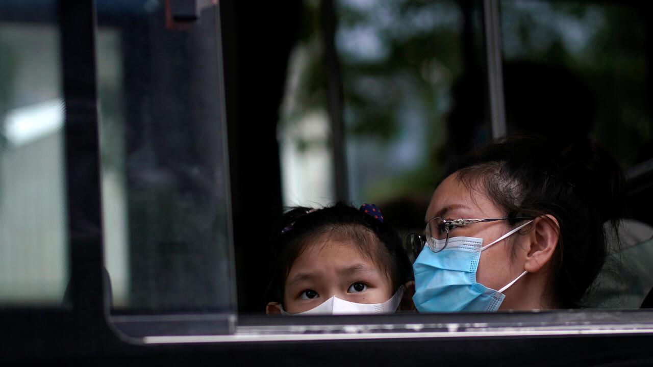 Personas utilizando mascarillas en un bus de transporte público, en medio de la pandemia del Covid-19, en Shanghai, China, el 31 de mayo de 2020.